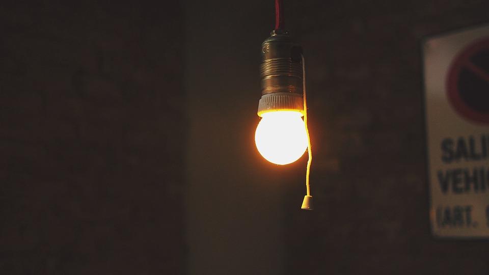 žiarovka svieti