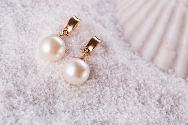 golden-earrings-sea-shell_85869-4074