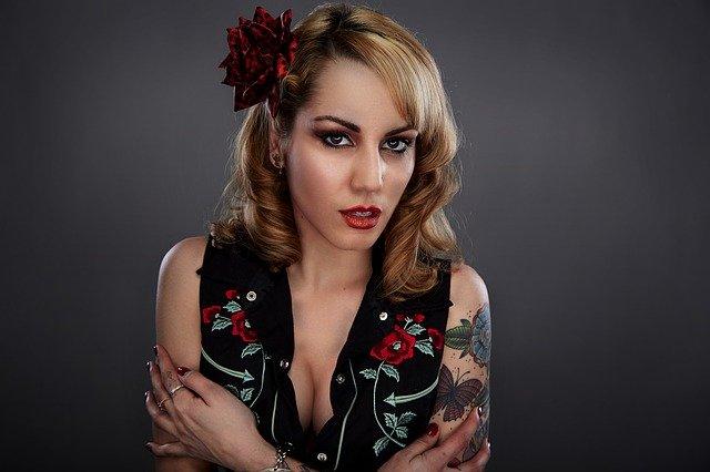 Žena s tetovaním a výraznou ozdobou vo vlasoch.jpg