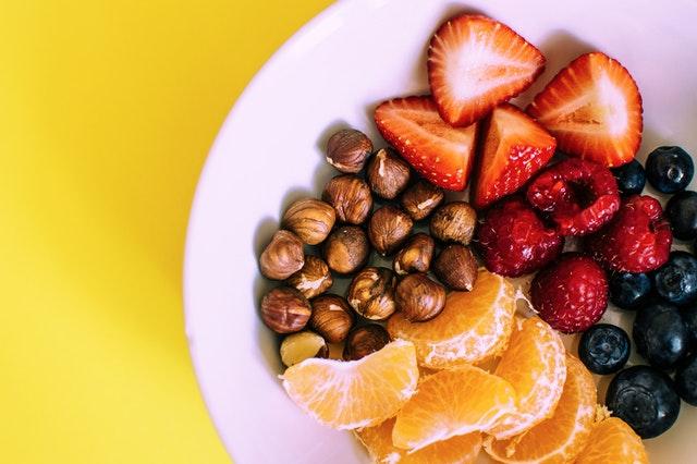 Tanier s jahodami, čučoriedkami, malinami, orechmi a mandarínkou