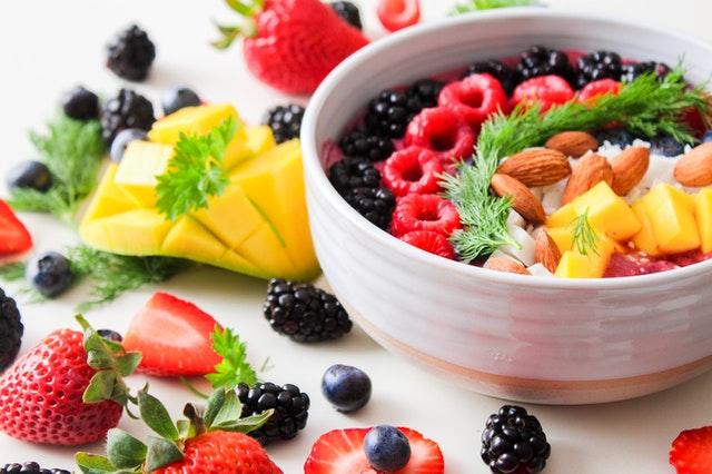 Biela miska s jogurtom a ovocím