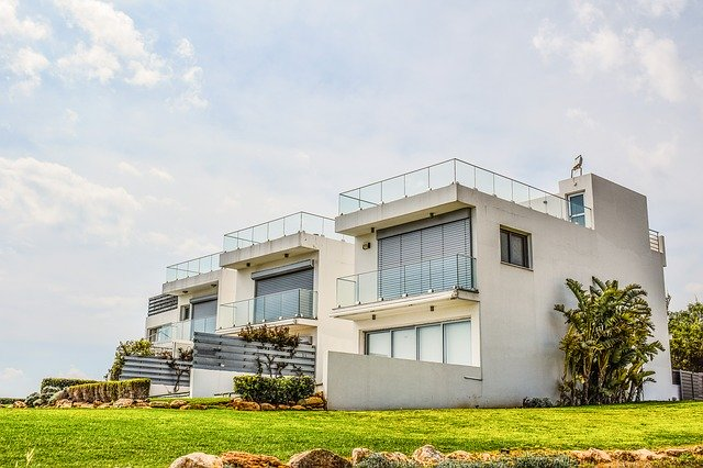 Architektonicky zaujímavý rodinný dom je osadený do svahu